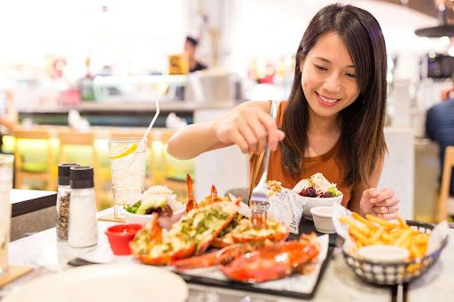 woman-eating-restaurant-seafood-murrells inlet